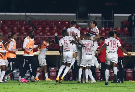 Arboleda, titular en goleada de Sao Paulo