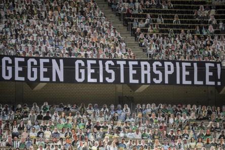 Unas 12.000 figuras de cartón 'animaron' al Gladbach en el Borussia Park