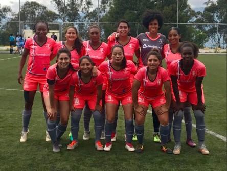 Una ecuatoriana reclama título de futbolista profesional más joven del mundo