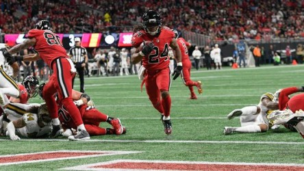 (20-17) Deion Jones lidera defensa que mantiene a Falcons en lucha Playoffs