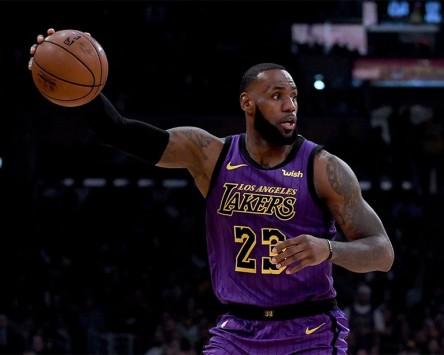 James supera a Chamberlain como anotador en mala jornada para Raptors y Bucks (Resumen)