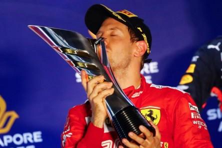 Vettel se alía con la estrategia para imponerse a Leclerc