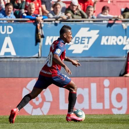 Estupiñán fue titular en tropiezo de Osasuna