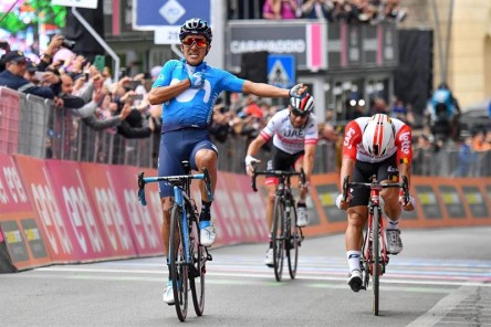 Richard Carapaz ascendió a la octava posición en el Giro