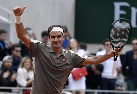 Federer triunfa en su retorno a Roland Garros