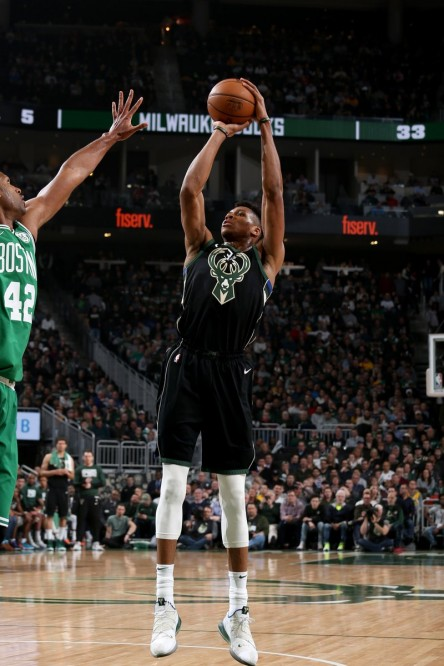 Bucks ganan duelo a Celtics; James puede con Harden; Curry salva a Warriors (Resumen)
