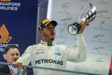Hamilton gana en Singapur beneficiado por el accidente de Vettel