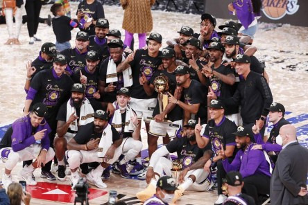 (106-93) James y Lakers ganan el título del COVID-19 en memoria de Kobe Bryant