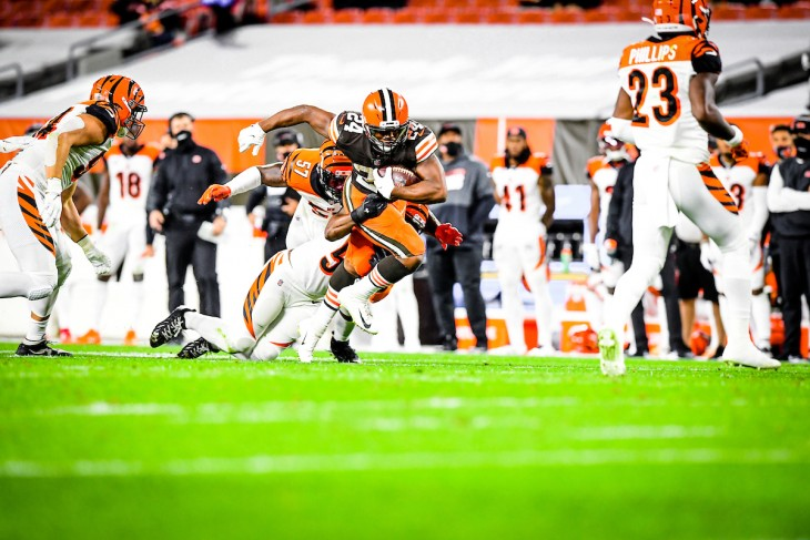 Mayfield gana duelo a Burrow y Browns se imponen a Bengals