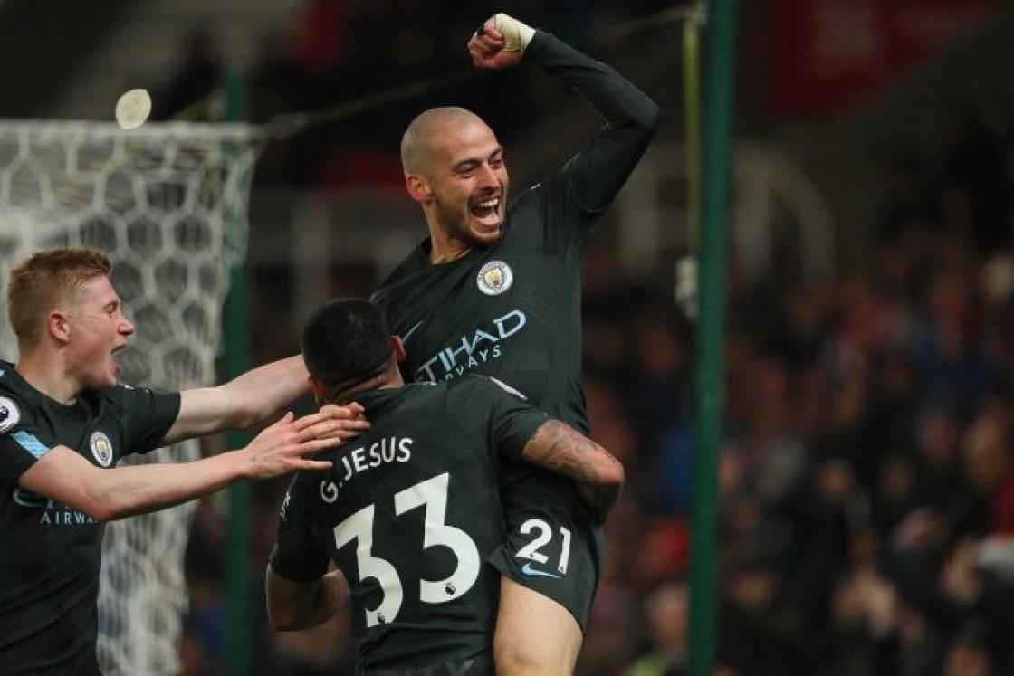 El Manchester City tiene 16 puntos de ventaja sobre el United, de Antonio Valencia