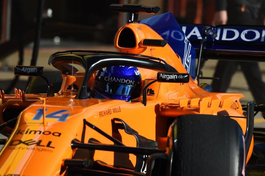 El McLaren de Alonso ha quedado fuera de la pista a la hora de haberse abierto, debido a una fuga de aceite