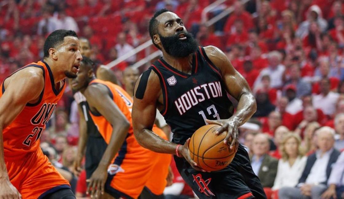 El escolta Harden anotó 37 puntos, superó al base Russell Westbrook, y los Rockets vencieron 118-87 a los Thunder de Oklahoma City
