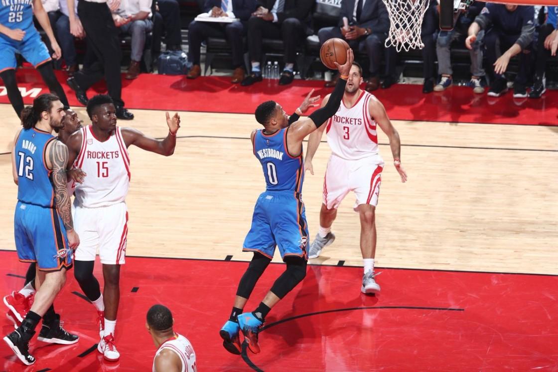 Russell Westbrook se convirtió en el primer jugador en lograr un triple-doble en los playoffs con 51 puntos anotados
