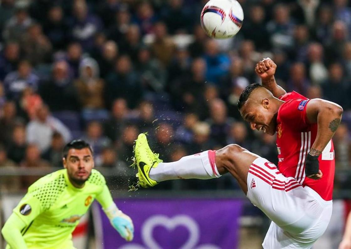 Manchester United empató ante el Anderlecht con asistencia y gran salvada de Antonio Valencia