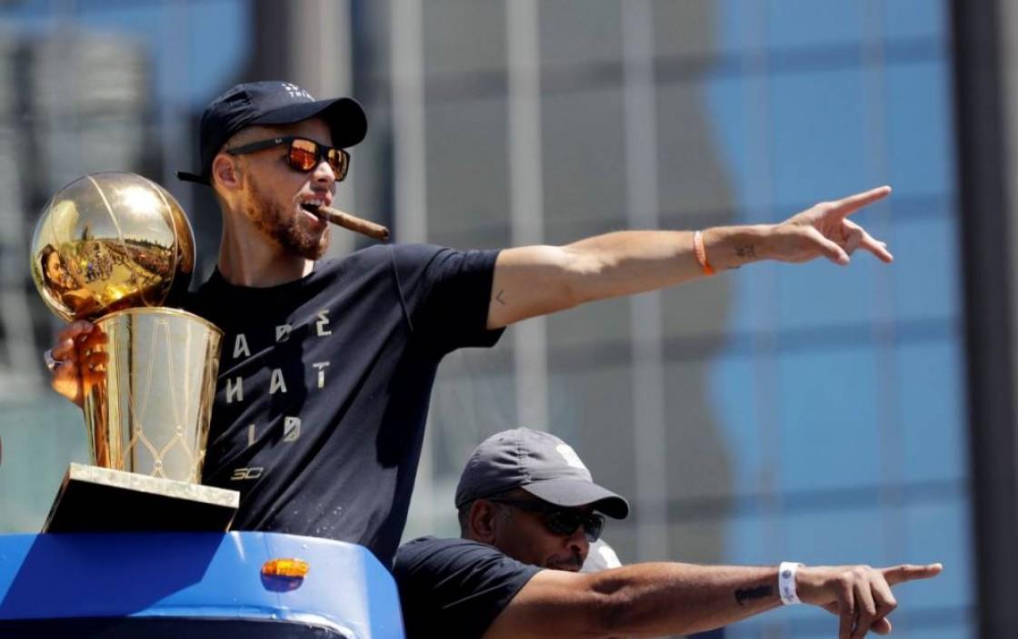 Curry se encargó de llevar en uno de los autobuses descubiertos el trofeo Larry O'Brien de campeones, junto a su esposa e hijos