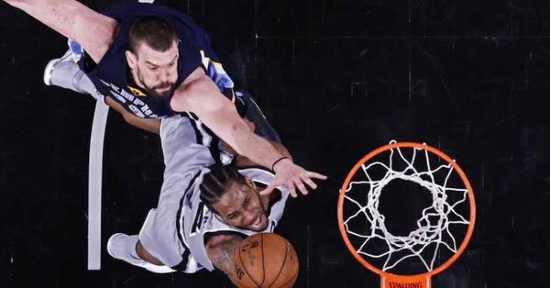 El alero Kawhi Leonard se consagró de nuevo como el gran líder de los Spurs al aportar 32 puntos