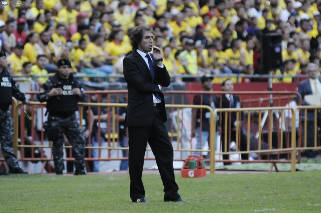 La goleada de Estudiantes sobre Barcelona comprometió los planes de Guillermo Almada, quien lamentó la caída