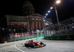 Vettel vuela en Singapur y roba la 'pole' a Verstappen