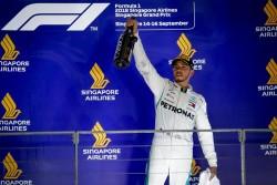 Hamilton gana en Singapur y aumenta en 10 puntos su ventaja sobre Vettel