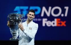 Djokovic recibe el trofeo de número uno a final de temporada