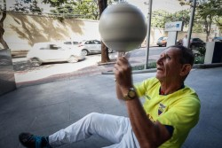 'Cascarita', 64 años y 8.500 kilómetros de malabares para animar a Ecuador