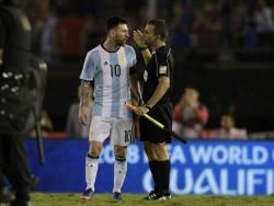 """Messi dijo que insultó """"al aire"""" y no al árbitro, según prensa argentina"""