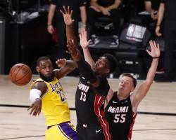 (102-96) James y Davis ponen a Lakers a un triunfo del título de campeones