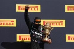 Hamilton gana, con un neumático pinchado, por séptima vez en Silverstone