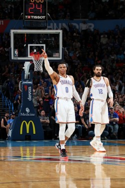 Westbrook supera marca de Chamberlain; Harden sigue con racha de 30 puntos (Resumen)