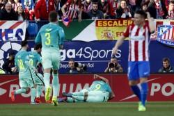 El Barça resiste, golpea e insiste en la Liga