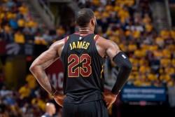 James pone a Cavaliers en las finales; McConnell salva a Sixers (Resumen)