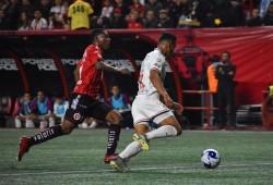 Brayan Angulo falló un penal en la derrota de Xolos
