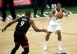 Antetokounmpo y Bucks se exhiben ante Raptors y tienen ventaja de 2-0