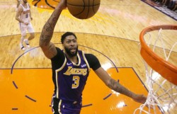 Los Lakers brillan con su mejor inicio desde 2010, Trae Young con 42 puntos (Resumen)