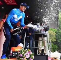 El ecuatoriano Carapaz, revelación del Giro, sueña con los pies en el suelo