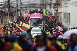 La lluvia no empaña llegada triunfal de Carapaz a su pueblo natal