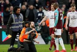 El West Ham expulsa de por vida a cinco aficionados por invasiones de campo