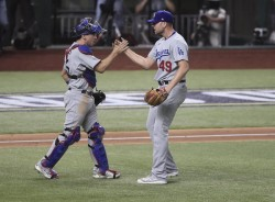 La serpentina de Kershaw luce y deja a Dodgers a una victoria de coronarse