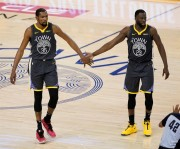 Warriors, con Durant, dominan a Rockets de Harden; Bucks empatan serie