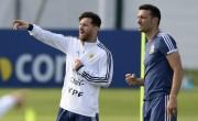 """Scaloni: """"Messi juega con la misma responsabilidad en el Barça y en Argentina"""""""