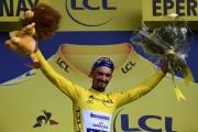 Alaphilippe descorcha el champán para celebrar etapa y liderato