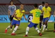 (0-2) Brasil enlaza cuarto triunfo y golpea a Uruguay en Montevideo