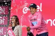Chaves recupera la senda de la victoria, Carapaz da otro paso de color rosa