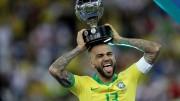 """Dani Alves critica a Bolsonaro: """"Debería pensar en el bienestar del pueblo"""""""