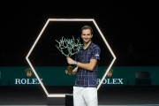 Medvedev remonta a Zverev para ganar en París su primer torneo del año