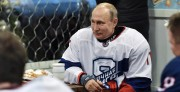 Putin despide al año jugando al hockey en la Plaza Roja