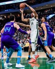 Bucks consolidan mejor marca de la NBA y Celtics hunden un poco más a Lakers