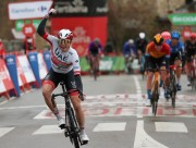 """Philipsen fue """"Marathon Man"""" en Puebla de Sanabria y Roglic sigue de rojo"""