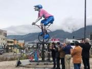 Emblemático monumento al ciclista en Ecuador viste la maglia rosa de Carapaz