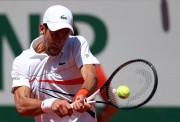 Djokovic firme en un París, que pierde a su número 1 femenina y a Serena